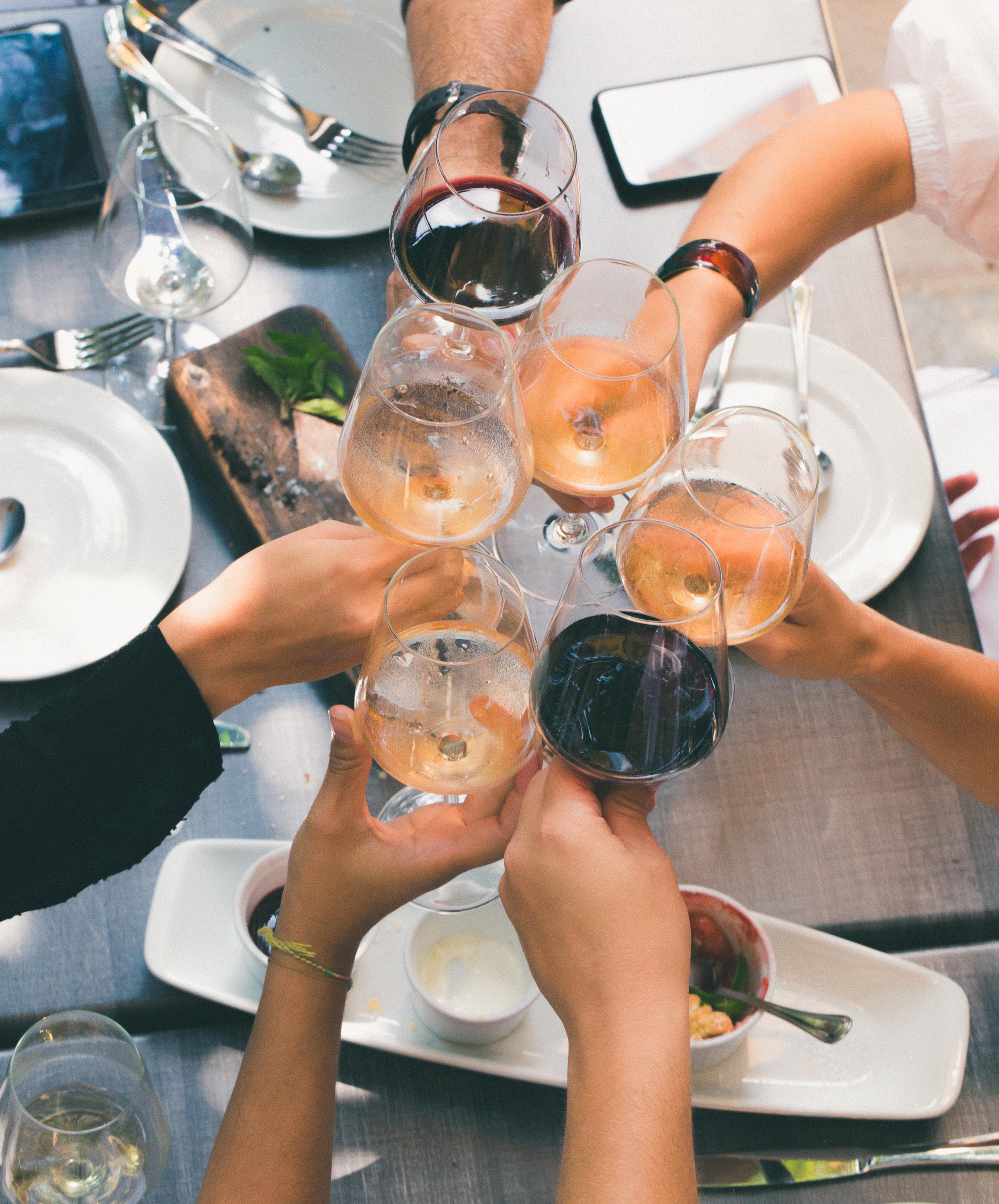 Vrienden heffen het glas
